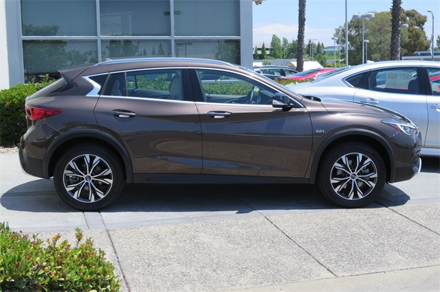 Pre-Owned 2017 INFINITI QX30 Base